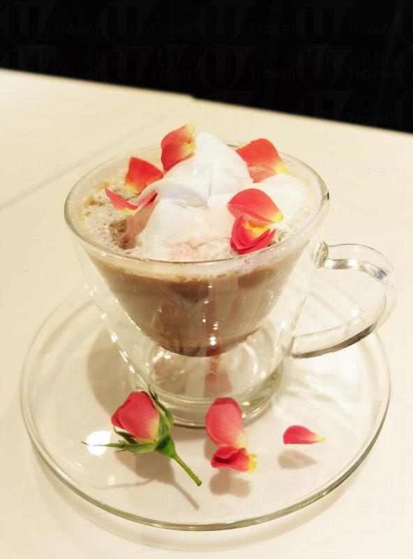 等一個人咖啡(玫瑰咖啡)。