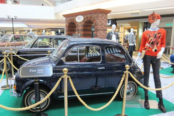 又一城更羅致六款於1969年至1981年出產的古董名車襯托各大品牌今季的秋冬時裝。