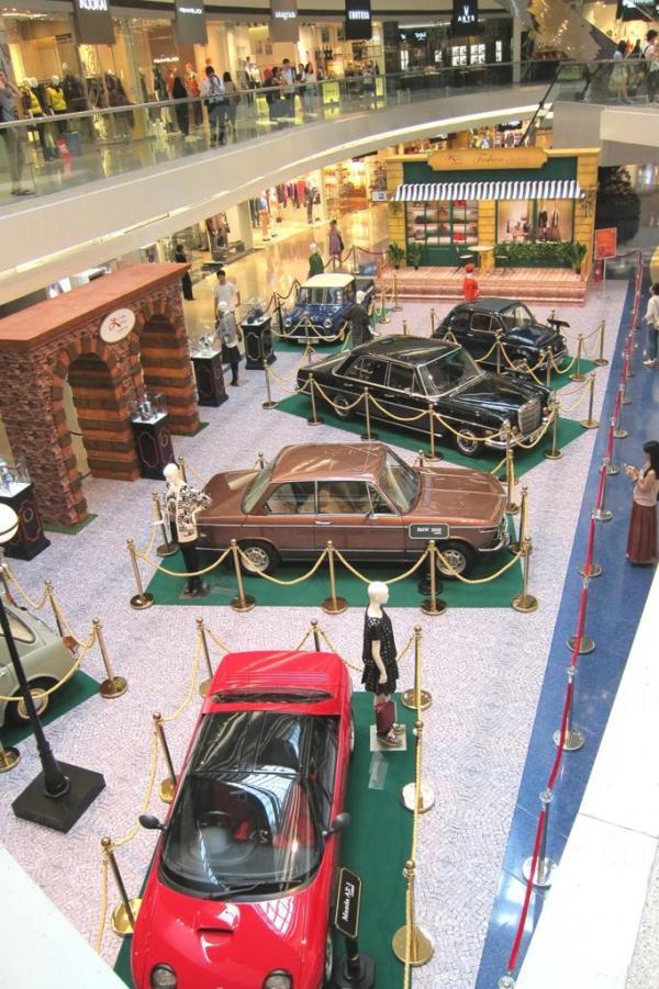 又一城由即日至10月12日將舉辦「時尚.流轉.又一城」時裝展覽活動,為顧客展示最新秋冬時裝,展覽場地將打造成六十年代歐陸小鎮,屆時更會展出來自世界各地的古董名車