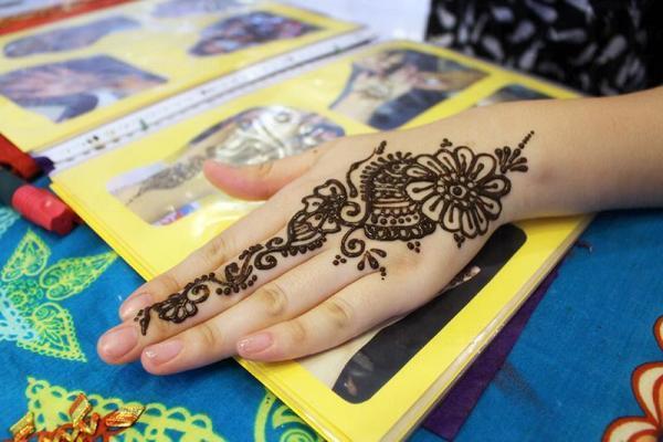 人體Henna彩繪,將短暫留在皮膚上大約兩星期,隨後將逐潮變淡。