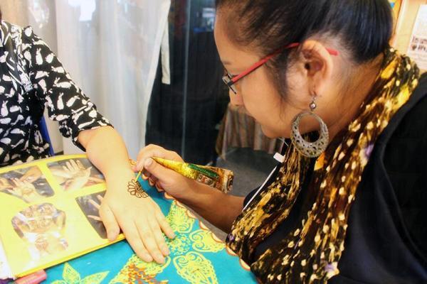 每天有至少一位南亞裔婦女進駐,為大家畫Henna。