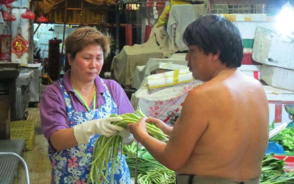 到街市回收剩菜蔬果。(網上圖片)
