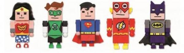 一套5款超級的英雄 figure公仔 - 左起神奇女俠、綠燈俠、超人、閃電俠及蝙蝠俠。