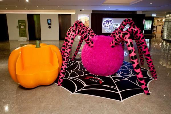今年尖沙咀Mira Mall美麗華商場為支持「癌症基金會粉紅革命」,將打造一個粉紅色的萬聖節《PINKLLOWEEN》