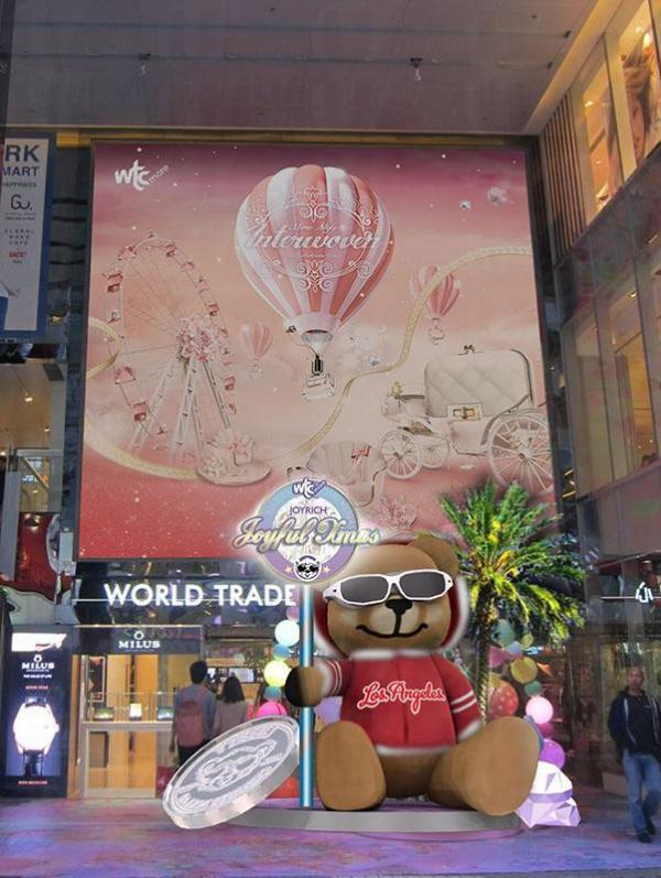 商場正門入口處放置2.4米高的巨型黑超熊啤啤作招徠,以有洛杉磯加州感覺的椰樹襯托