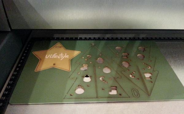 將圖案或祝福以鐳射切割技術印在聖誕裝飾上