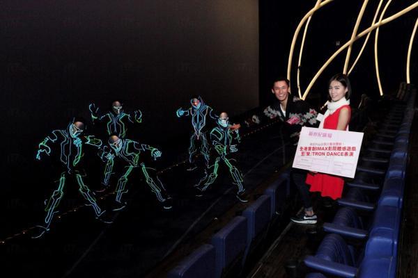 映前Pop出驚喜體驗二,於聖誕期間觀眾可於全新的UA戲院欣賞結合音樂、舞蹈及光的元素,配以利用科技編制舞步的至「螢」Tron Dance表演。