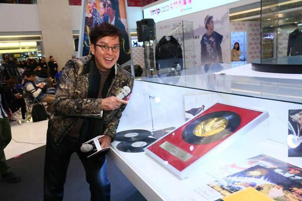 校長為令是次展覽更具意義,借出前一天由香港電台頒贈、極具紀念意義的掌印牌匾,並親自擺放入櫃,無私與Fans分享。