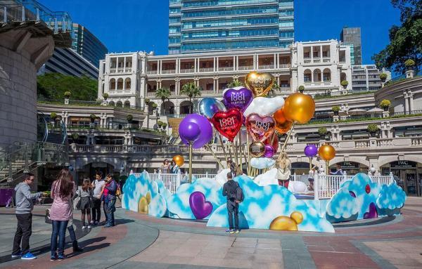 今個農曆新年及情人節,「1881」特別以「Love is in the Air」為題,在廣場中央豎立著一束高達8米的巨型心型氣球,打造成浪漫洋溢的夢想世界。