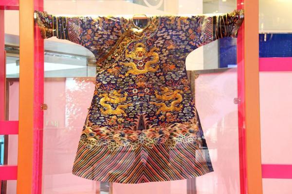 重點展品包括於2008北京奧運會「中國工藝精品展」及「中國非物質文化遺產展覽」榮獲金獎之高仿清朝皇帝龍袍。