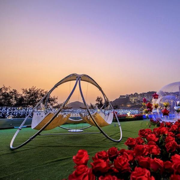 The Pulse 情人節浪漫花園內擺放了大型吊床供情侶談心。