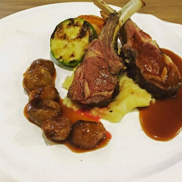 紐西蘭燒羊架配乾蔥紅酒汁(圖:FB@MAGE Kitchen魔膳廚房)