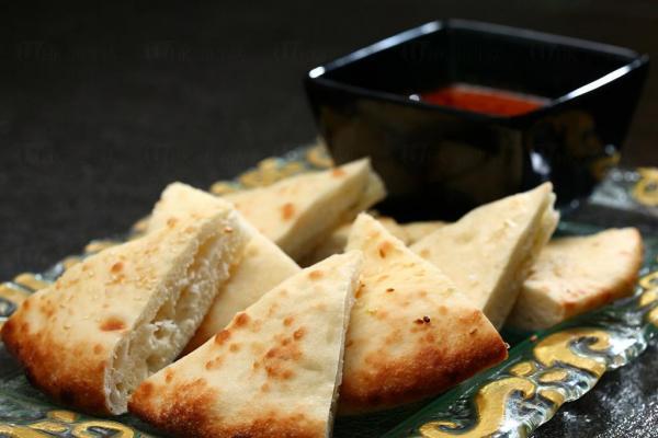 印式烤薄餅(芝麻及芝士)配咖喱汁