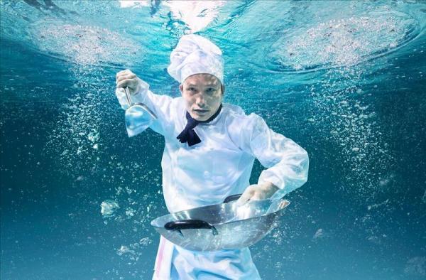 「拉埋大家落水」水底照 會展廚師胡景威
