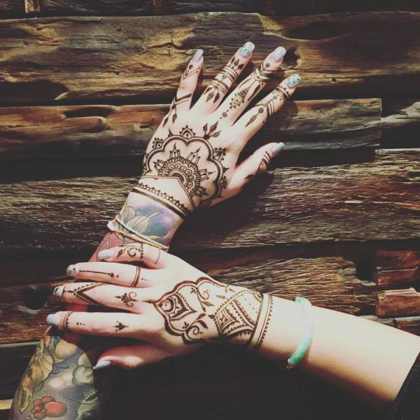 由天茵利用天然顏料繪畫的Henna(圖: fb@閒閒市集﹒Cosy Market)