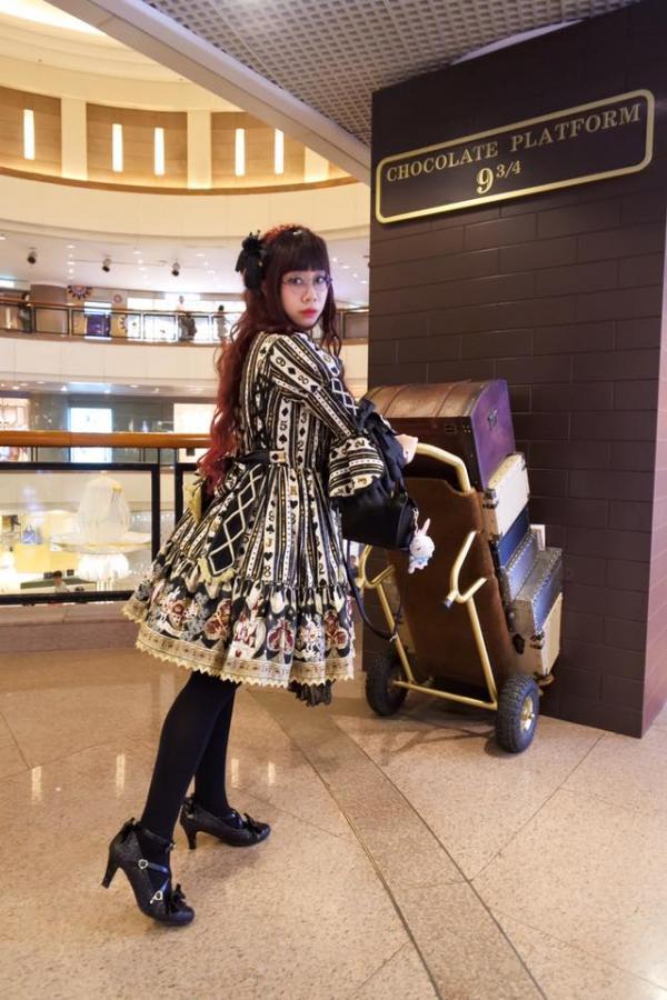 來Miyako`靈即場為大家示範甜美系及哥德式的 Lolita妝容 (圖:FB@Queenie Miyako Windsor)