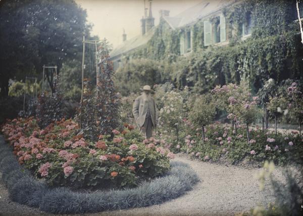 莫奈在花園拍攝照片  (圖片授權來源:康文署)