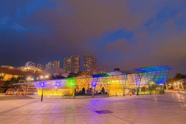 沙田中央公園的「山水‧相逢」展覽館星期六夜晚會亮起不同顏色的燈。(圖: fb@Hong Kong Jockey Club H.A.D Walk)