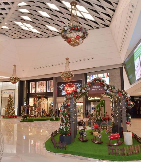 巨型馴鹿與一眾小鹿打造繽紛歐陸聖誕花園