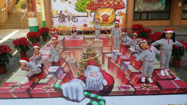 位於元朗水邊圍邨的立體畫「聖誕盒子」。(圖: 政府新聞公報 )