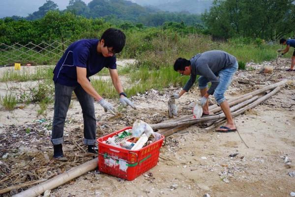 從相片可目,下白泥一帶都滿佈垃圾。(圖:FB@鴨仔坑士多)