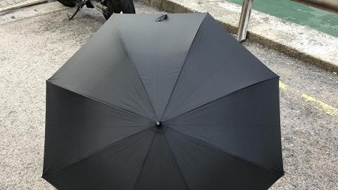 撥一撥就乾透!日本得獎超跣水雨傘 香港有得賣啦