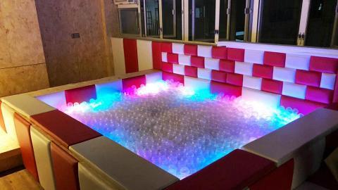 發光彩虹波波池Party Room!$45任玩打牌唱K/籃球機/VR