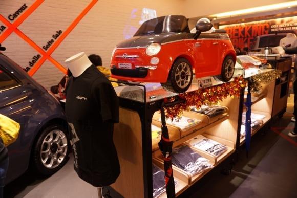 店內出售與車有關的精品