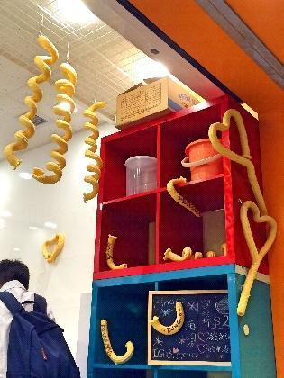 店內有很多卷曲不同形狀的粟米筒