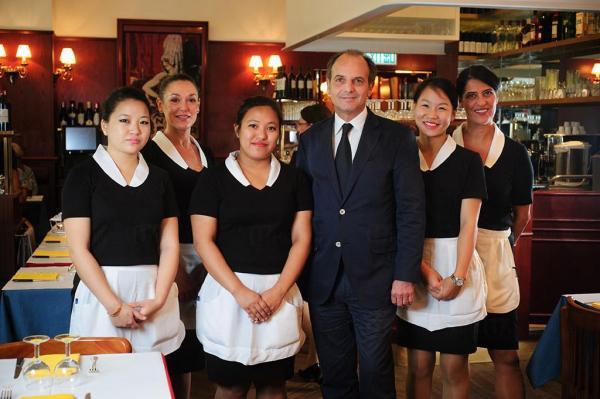 職員穿著餐廳標誌式黑白制服奉上主菜。