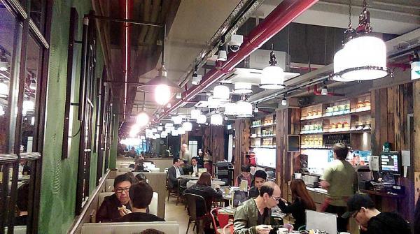 近年新開茶記走時尚crossover懷舊設計,瑞士咖啡室新店也不例外,裝潢以大家很愛的「麻雀」為主題