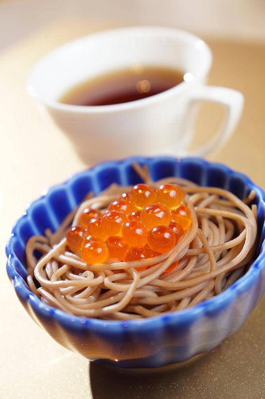 三文魚子碧雲綠茶配蕎麥麵