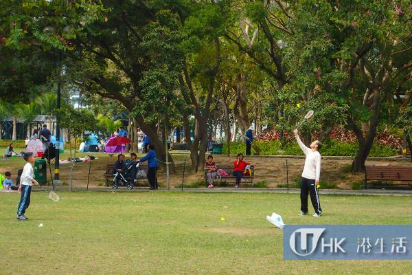 不少人於假日在大草坪運動