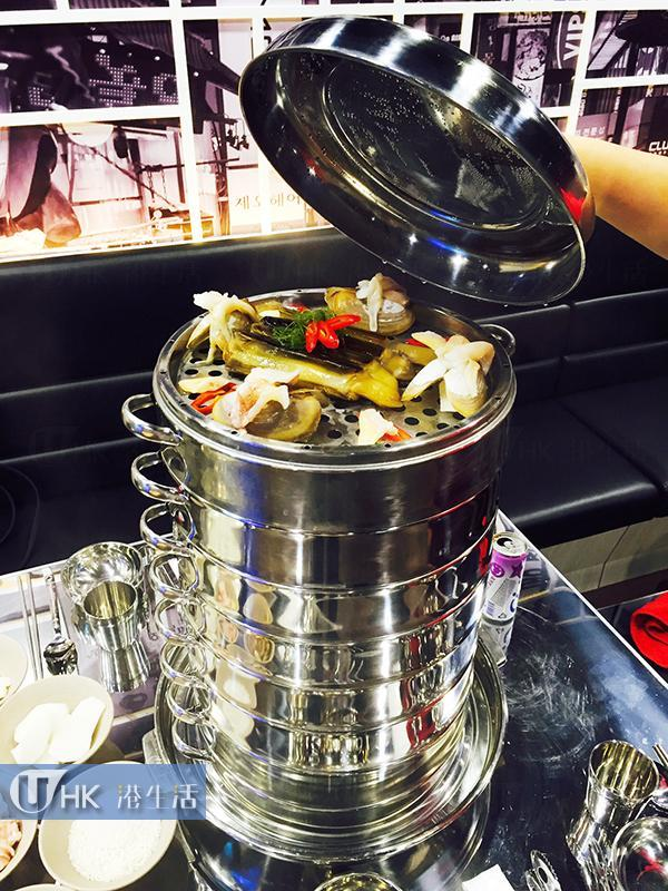 「九重鮮」取用蒸氣方式蒸煮海鮮塔