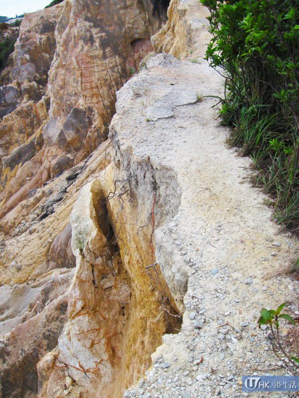右方崖壁小路,走過時需多加小心