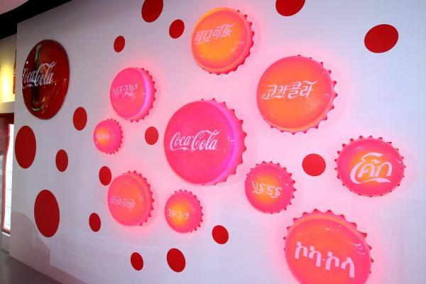 印有多國家文字的「可口可樂」商標牆
