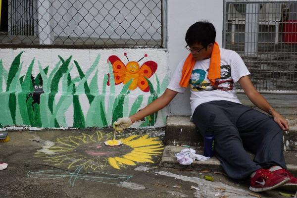志願者正在繪畫花兒。(圖片來源:FB@voltrahk)