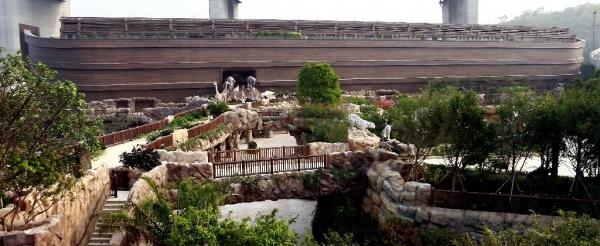 門外的方舟花園,擺放了 67 對造型栩栩如生的野生、稀有及瀕危動物雕塑。