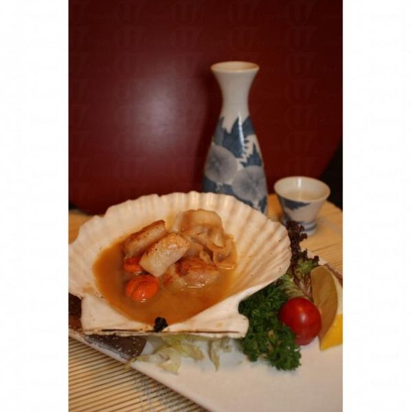 帆立貝以清酒燒成的汁浸著,得入味。