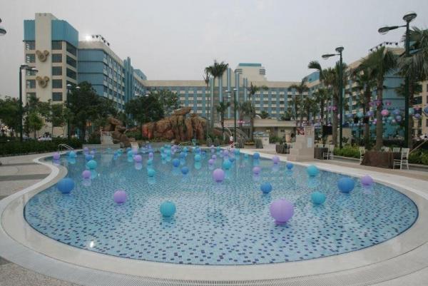 酒店的外形以藍白色為主。