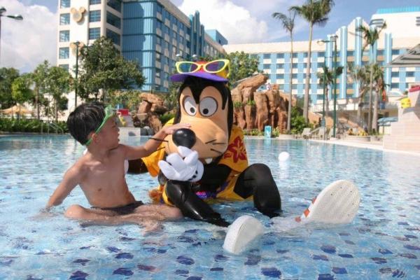 高飛與小朋友在泳池中暢泳。