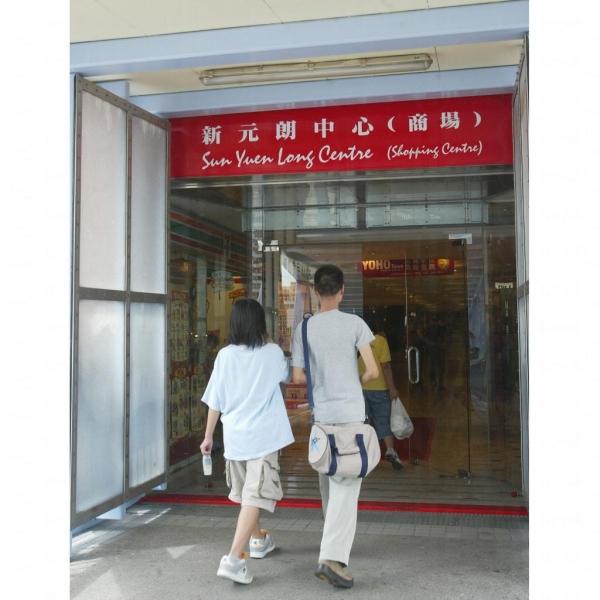 商場入口。