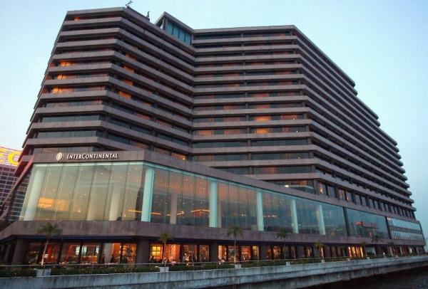 酒店臨海港而建。