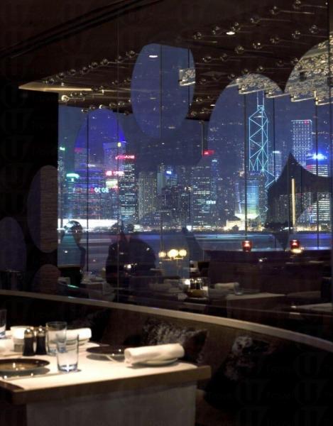 酒店內的 Spoon 餐廳可欣賞到維港的美麗夜景。