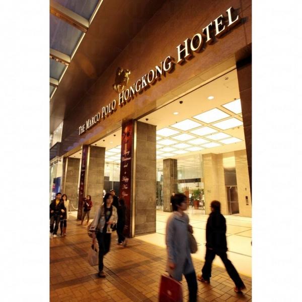 酒店大門裝潢富麗堂皇。
