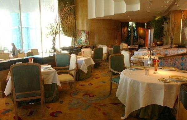 酒店內的 Nicholini's 西餐廳。