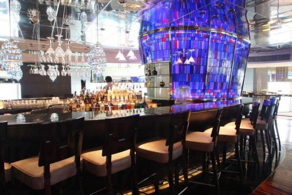 餐廳內的酒吧區裝潢華麗。