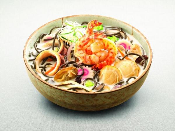招牌菜之一,北海道海鮮奶湯炒墨魚麵,$68。