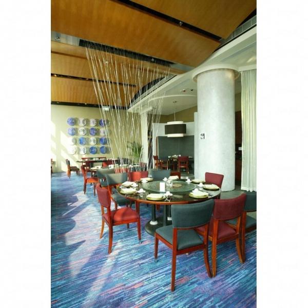 酒店的南坊餐廳裝修現代化。