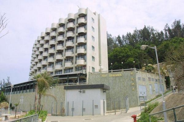 酒店背山面海。